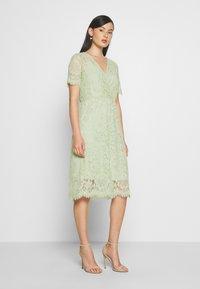 Vero Moda - VMSOFIE CALF  DRESS - Cocktailklänning - laurel green - 0