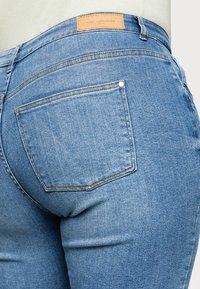 ONLY Carmakoma - CARHYSON LIFE GIRLFRIEND - Jeans Skinny Fit - medium blue denim - 4