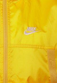 Nike Sportswear - REVIVAL - Kevyt takki - solar flare/sail - 2
