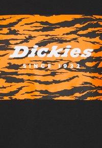 Dickies - QUAMBA BOX TEE - Camiseta estampada - black - 2