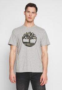 Timberland - KENNEBEC RIVER CAMO TREE TEE - Print T-shirt - medium grey heather - 0