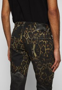 Just Cavalli - PANTS POCKETS LEOPARD PRINT - Džíny Slim Fit - black - 6