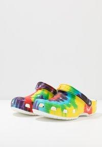 Crocs - CLASSIC TIE DYE GRAPHIC UNISEX - Zuecos - multicolor - 2