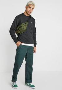 Vans - MN BASIC CREW FLEECE - Sweater - black heather - 1
