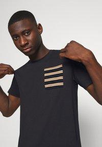 Only & Sons - ONSMELTIN LIFE POCKET TEE - T-shirt med print - black - 3