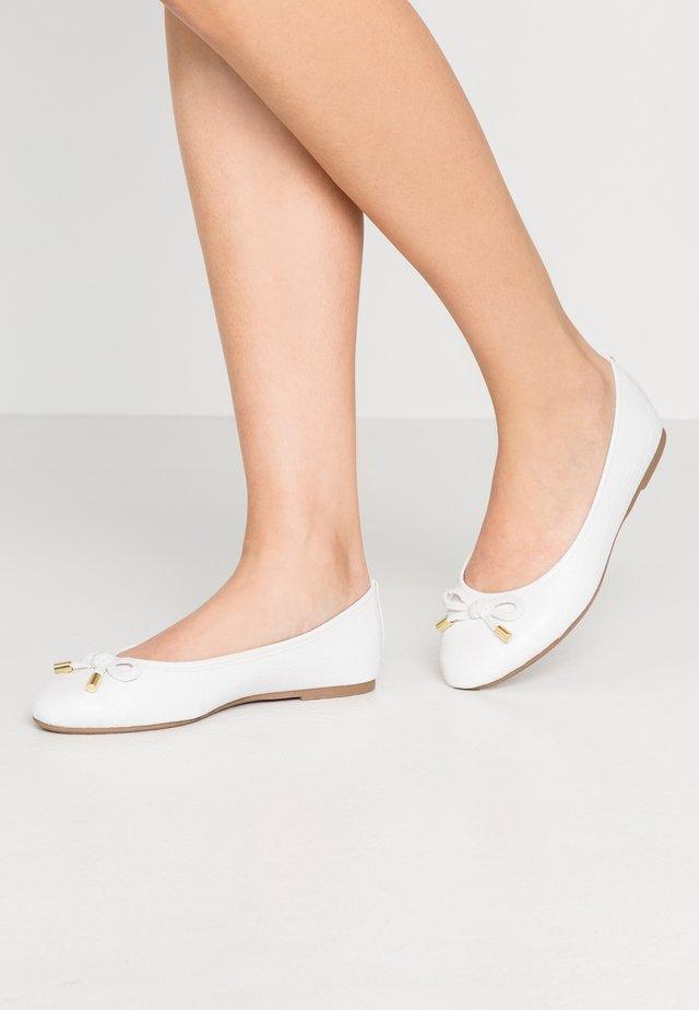 WIDE FIT PEACH  - Ballerina's - white