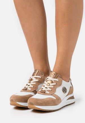 VENICE - Sneakersy niskie - cognac/white