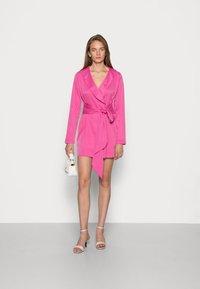 IN THE STYLE - TIE WAIST SATINBLAZER DRESS - Cocktail dress / Party dress - pink - 1