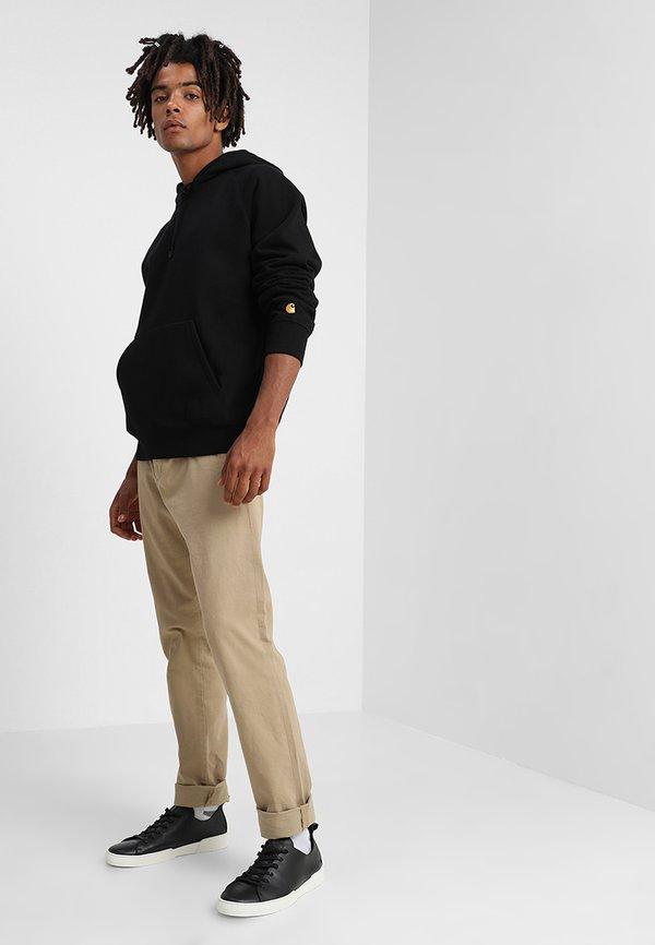 Carhartt WIP HOODED CHASE - Bluza z kapturem - black/gold/czarny Odzież Męska FSGS