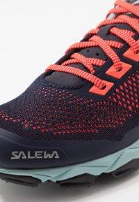 Salewa - LITE TRAIN - Fjellsko - premium navy/fluo coral - 5
