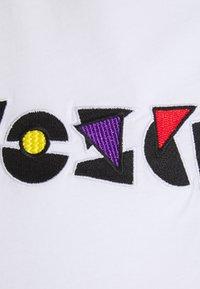 MOSCHINO - Print T-shirt - fantasy white - 2