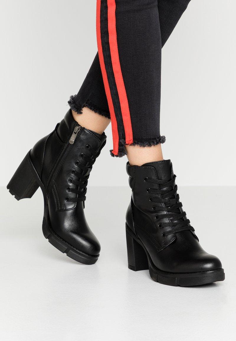 Marco Tozzi - Kotníková obuv na vysokém podpatku - black antic
