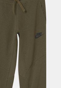 Nike Sportswear - UTILITY BOTTOM - Teplákové kalhoty - medium olive/light army - 2