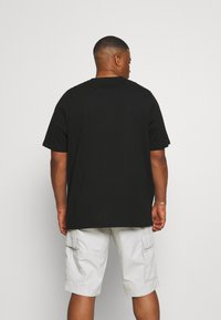 Tommy Hilfiger - GLOBAL STRIPE CHEST TEE - T-shirt med print - black - 2