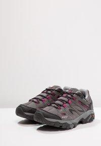 Hi-Tec - RAVUS VENT LOW WP WOMENS - Zapatillas de senderismo - charcoal/cool grey/clematis - 2
