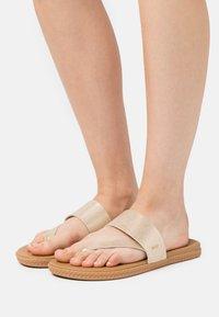 Reef - CUSHION BOUNCE SOL  - Sandály s odděleným palcem - champagne - 0