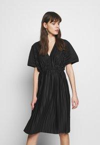 Zign - PLISSE MIDI DRESS - Denní šaty - black - 0