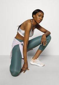 Nike Performance - INDY SKY BRA - Sport-BH med lätt stöd - smoke grey/black/white - 3