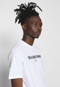 Daily Basis Studios - DAILY LOGO - Print T-shirt - white - 3