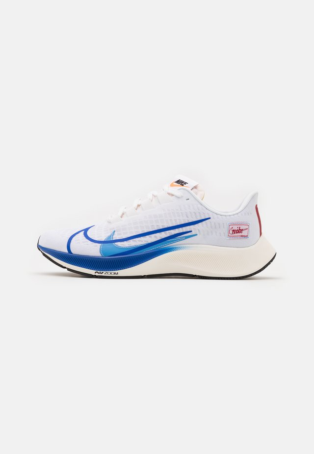 AIR ZOOM PEGASUS 37 PRM - Hardloopschoenen neutraal - white/game royal/gym red/sail