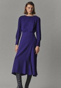 Massimo Dutti - MIT ZIERKNÖPFEN  - Jumper dress - dark purple - 0