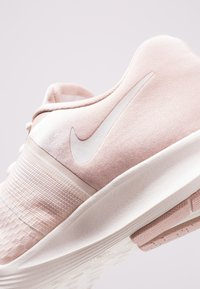 Nike Performance - CITY TRAINER 2 - Kuntoilukengät - particle beige/sail/guava ice - 5