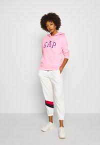 GAP - FASH - Bluza z kapturem - neon impulsive pink - 1