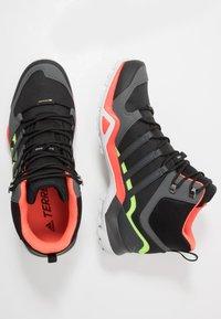 adidas Performance - TERREX SWIFT R2 MID GTX - Buty trekkingowe - core black/grey six/signal green - 1