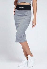 Guess - KAYLA SKIRT - Pencil skirt - grau - 0