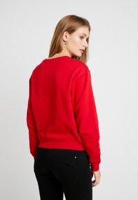 Guess - REGULAR FIT - Sweatshirt - red hot - 2