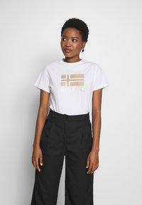 Napapijri - SHYAMOLI - Print T-shirt - bright white - 0