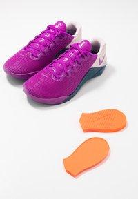 Nike Performance - METCON 5 - Zapatillas de entrenamiento - vivid purple/valerian blue/barely rose - 5