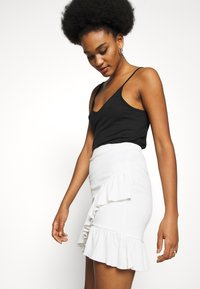 Nly by Nelly - FRILL STRUCTURED SKIRT - Mini skirt - white - 3