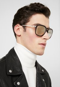 Guess - Sluneční brýle - havana - 1