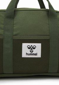 Hummel - HMLREGGAE SPORTSBAG UNISEX - Sportväska - cypress - 3