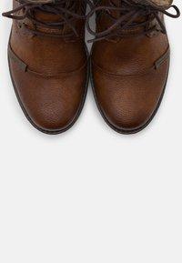 Mustang - Šněrovací kotníkové boty - cognac - 5