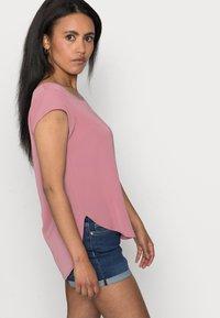 ONLY Petite - ONLVIC SOLID PETIT - Print T-shirt - mesa rose - 4