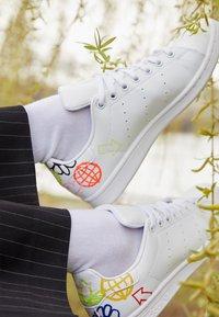 adidas Originals - STAN SMITH - Zapatillas - footwear white/halo ivory - 2