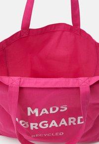 Mads Nørgaard - BOUTIQUE ATHENE - Shopping Bag - shocking pink/silver - 2