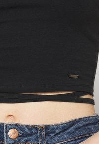Hollister Co. - STRAPPY WRAP TEE - Basic T-shirt - black - 5