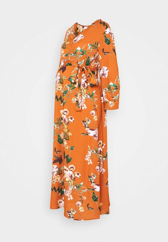 PCMBRENNA ANKEL DRESS  - Denní šaty - mocha bisque