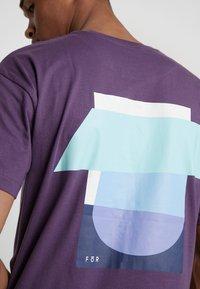 FoR - BOLD GRAPHIC TEE - Printtipaita - purple - 6