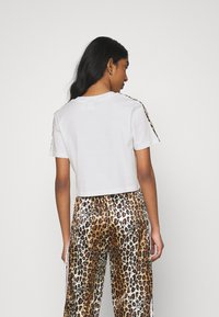 adidas Originals - LEOPARD CROPPED TEE - T-shirts med print - white - 2