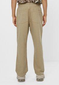 Bershka - MIT WEITEM BEIN UND BUNDFALTEN  - Relaxed fit jeans - beige - 2
