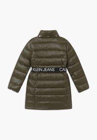 Calvin Klein Jeans - ESSENTIAL LONG - Kabát zprachového peří - green - 3