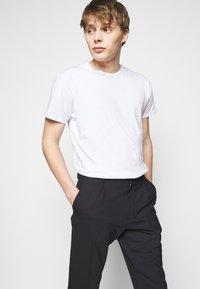 J.LINDEBERG - SASHA PLEATED PANTS - Pantalon classique - navy - 3