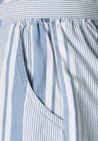 Vero Moda - VMAKELA CHAMBRAY PAPERBAG  - Shorts - light blue denim/white - 6
