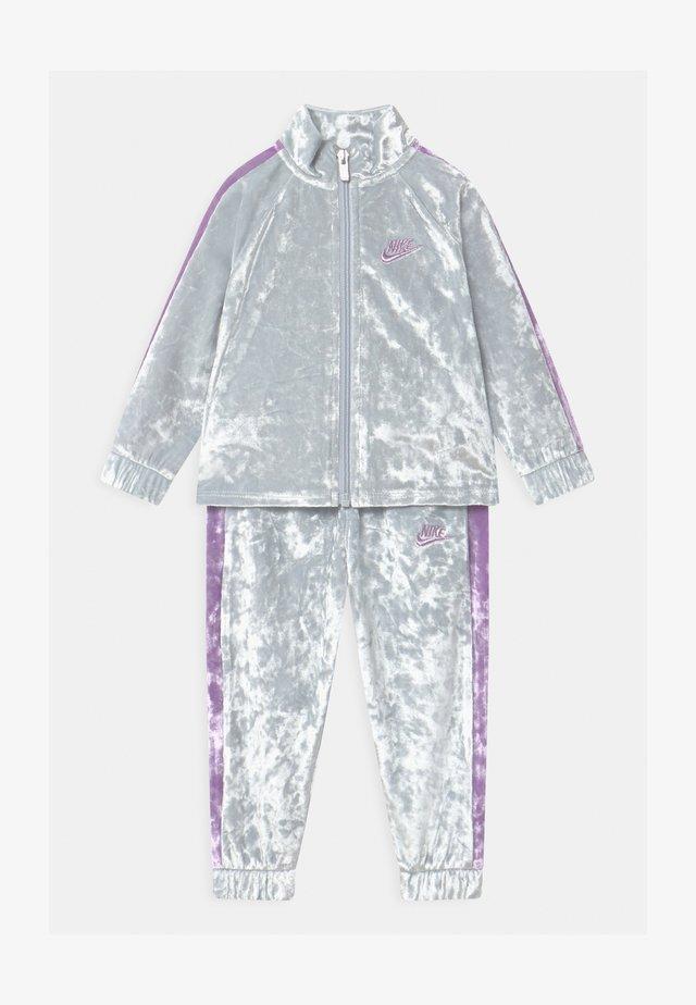CRUSHED TRACK SET - Trainingsanzug - pure platinum