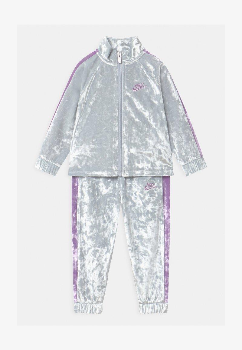 Nike Sportswear - CRUSHED TRACK SET - Tracksuit - pure platinum