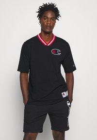Champion - ROCHESTER RETRO BASKET V NECK - Print T-shirt - black - 0
